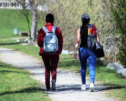 2 vrouwen wandelen