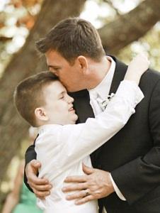 vader met zoon met autisme
