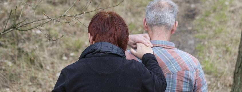 niet-aangeboren hersenletsel man helpt vrouw tijdens wandelen