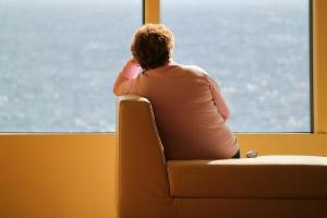 vrouw staart uit het raam
